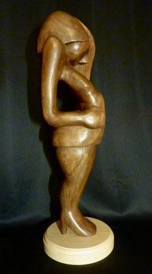 Femme aux talons.  Ormeau teinté, H 70 cm.