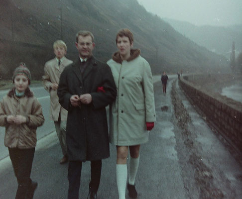 von links nach rechts: Kurt Bach, im HIntergrund Günther Nick, Herr Heinz (Erzieher) nebst Gattin