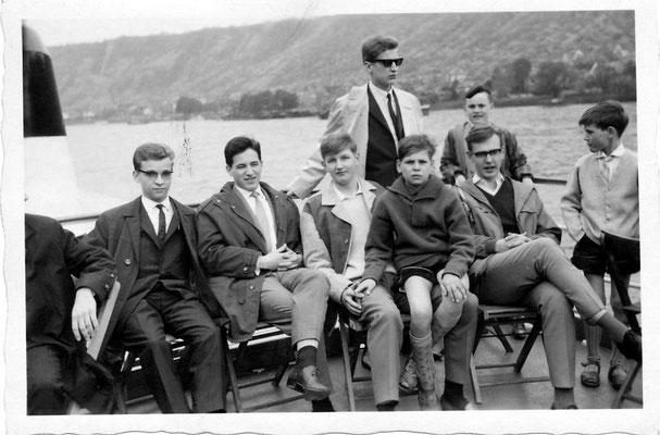 von links: 1.) unbekannt, daneben Robert Scheuren, Gerd Michiels,  (?) Adler, die beiden weiter rechts unbekannt; Oben stehend Hans-Dieter Weber, der Junge daneben unbekannt