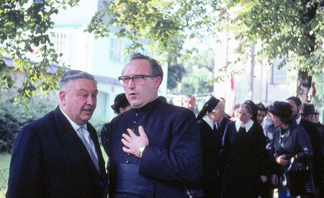 vorne rechts Herr Pfarrer Vierbuchen, Direktor des Alumnats; im Hintergrund die Schwester rechts: Schwester Theresfriede