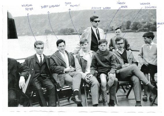 Der junge Herr rechts stehend neben Archie Weber ist Willi Wagner