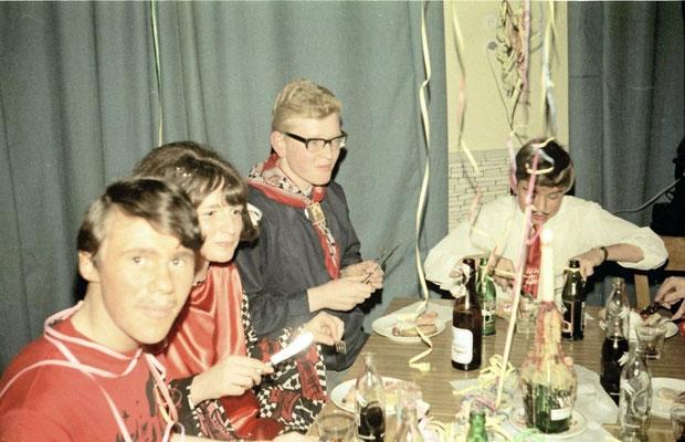 """von links: Karl """"Carly"""" Stenger, eine unbekannte hübsche junge Dame, Reinaer Yntema, Rechmann"""
