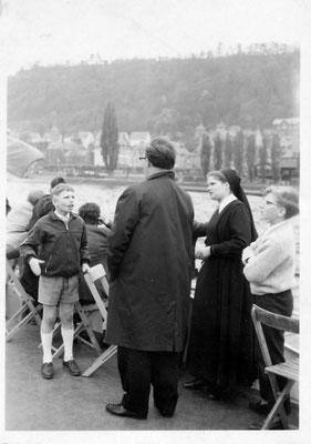 Schwester Theresfriede, davor Direktor Vierbuchen