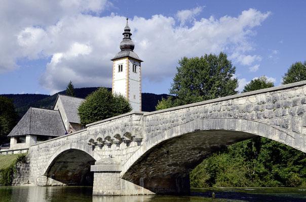 Brücke und Janez-Krsnik-Kirche von Ribčev Laz