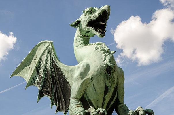 Das Wahrzeichen Ljubljanas: die Drachenbrücke mit Drachenfiguren