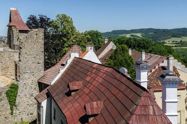 Blick vom Aussichtsturm über die Dächer von Burg und Schloss Klenová