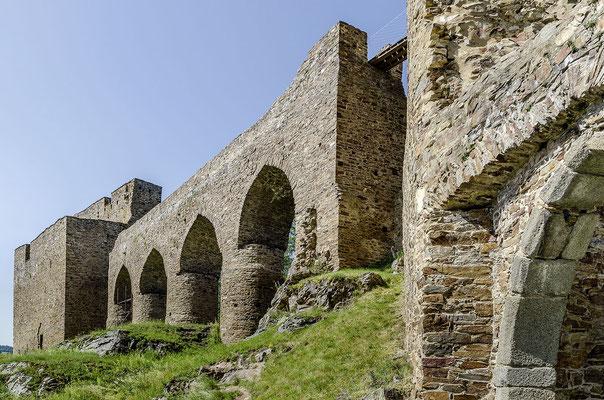 Gotische Brücke der Burgruine Velhartice