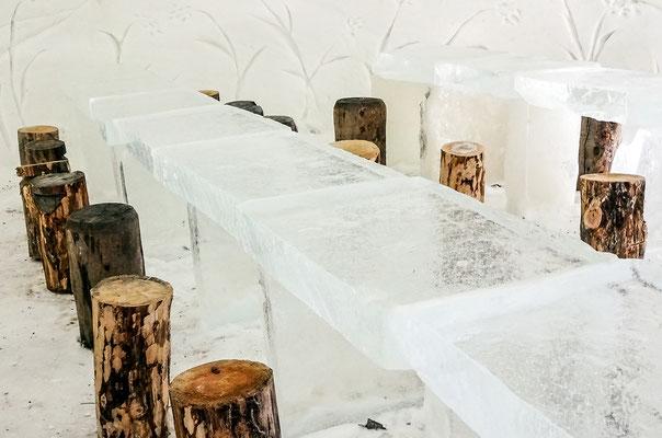 Im Eis-Restaurant werden  traditionelle Gerichte serviert