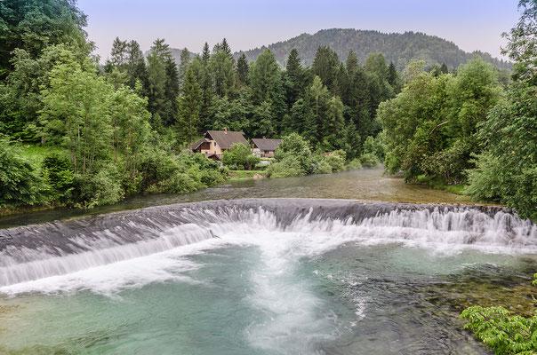 Wildes Wasser beim ruhigen Alpendorf Stara Fužina