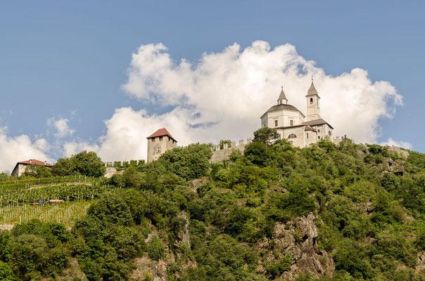 Der Wallfahrtsort Kloster Säben liegt 200 m oberhalb von Klausen
