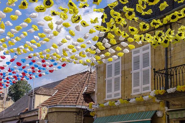 Geschmückte Straße in Montignac
