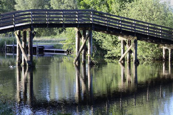 Die Bogenbrücke führt direkt zum Park von Schloss Hagenburg