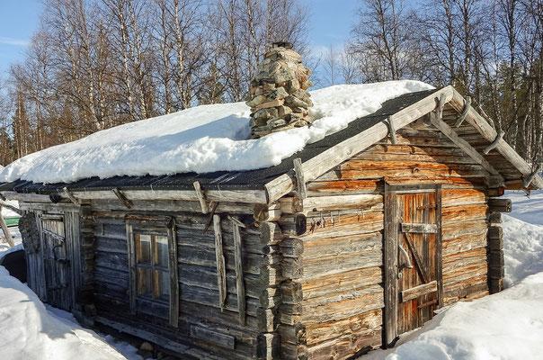 Die Fischerhütten am Jeris-See stammen aus dem Mittelalter, werden gepflegt und genutzt