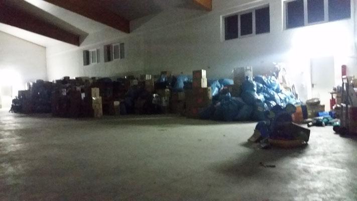 Die Spendengüter warten fertig sortiert und verpackt auf das Verladen