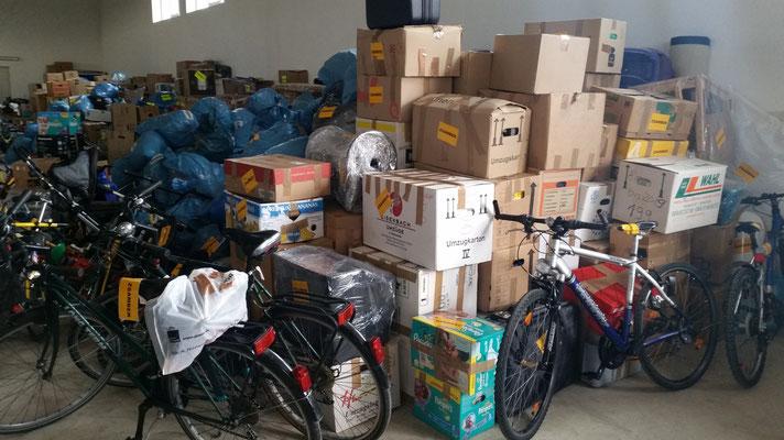 Die Hilfsgüter warten sortiert auf den Abtransport