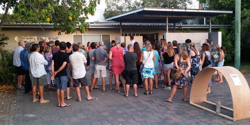 frontyard crowd for auction