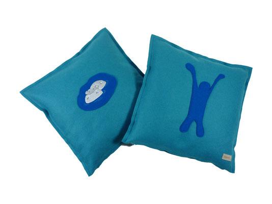 blaue Kissen bestickt