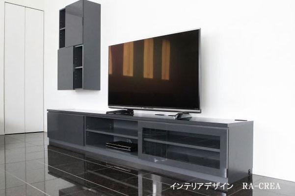 オーダーで製作したテレビボード 壁面の収納が白い壁に映えます