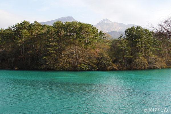 五色沼と磐梯山(写真は大阪府Kさん)