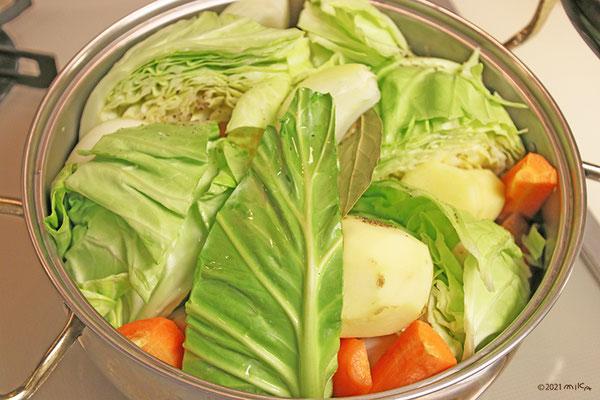 野菜を大きめに切って鍋に入れます