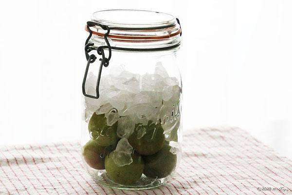 ④梅と氷砂糖を同量入れる