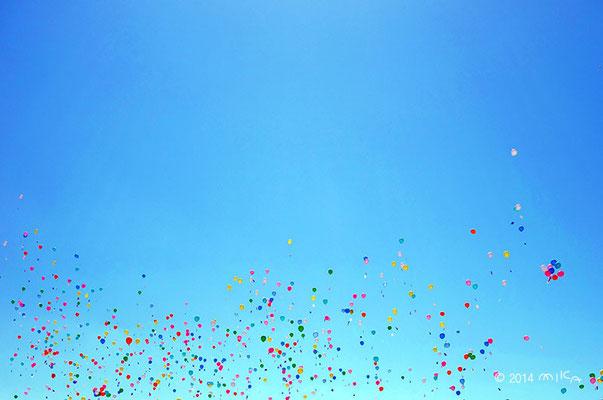 大空に風船