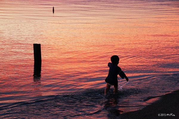 水遊びする男の子(琵琶湖夕景②)