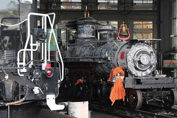 古い機関車(梅小路蒸気機関車館の車庫)