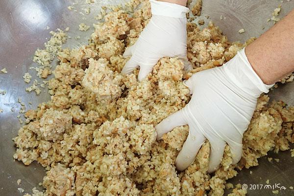 ペースト状の大豆とこうじを混ぜているところ