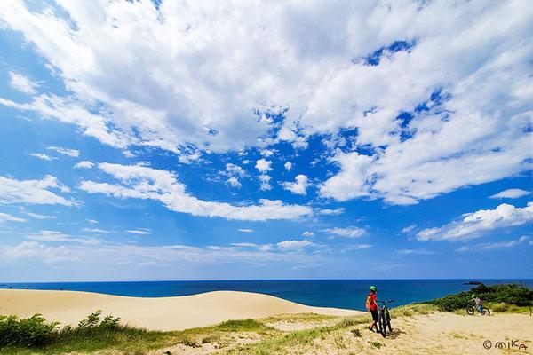 鳥取砂丘(ファットバイクで散策する人)