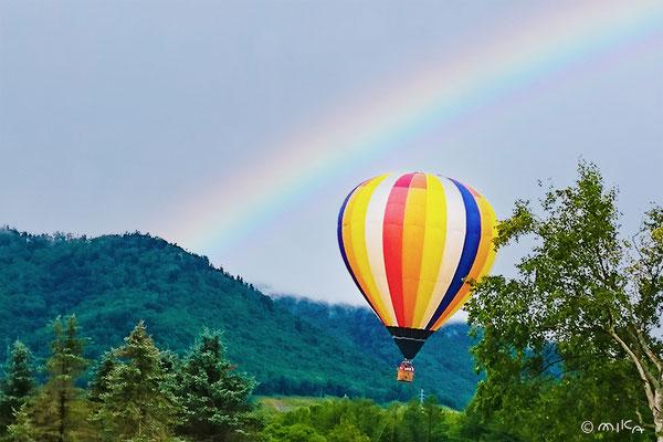 虹に向かう気球(北海道)