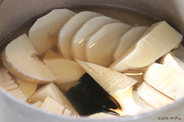 ① 鍋に 水・ちくわ・調味料・だしを入れます