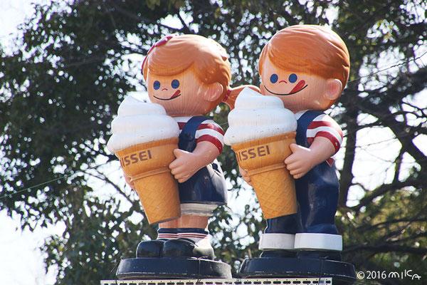 ニックンとセイチャン(ソフトクリームのニッセイのイメージキャラクター)大阪城にて