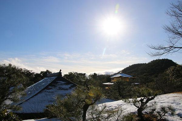 雪景色の金閣寺(龍門滝付近より)