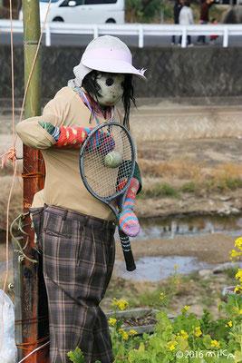 テニスをするかかし(高松春日川土手沿い)し