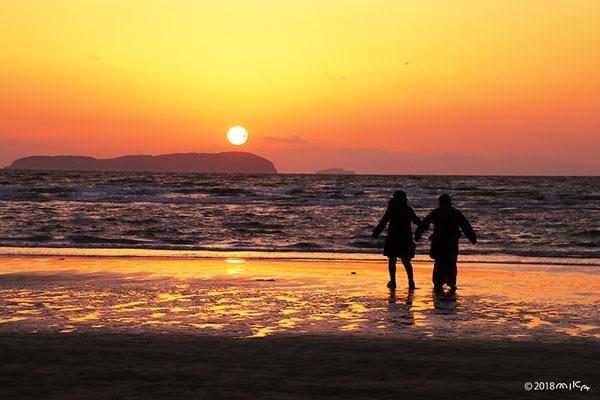 夕陽の二人(父母が浜)