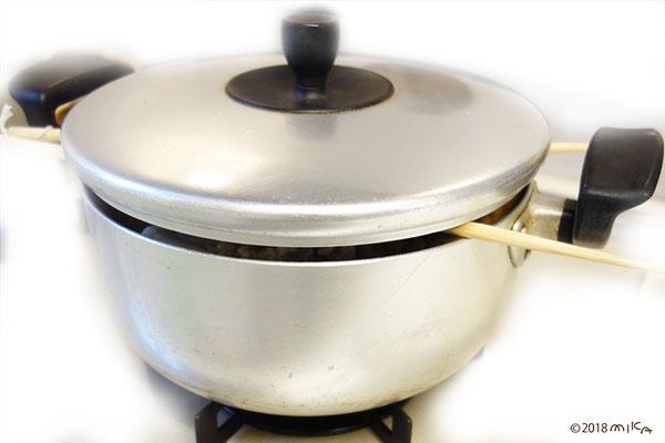 鍋のフタに菜箸をはさみコトコト煮込みます
