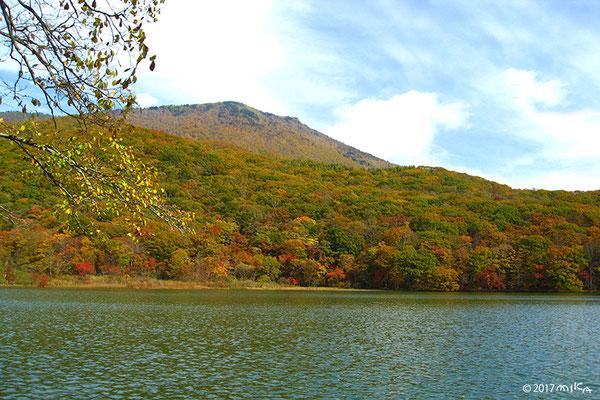古池と黒姫山10月(長野県)
