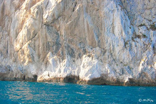 断崖絶壁にある青の洞窟への入口(小さな岩穴)