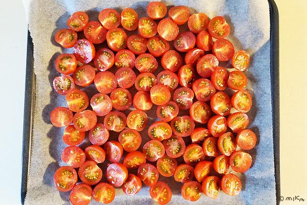 天板にオーブンシートを敷きミニトマトを並べる