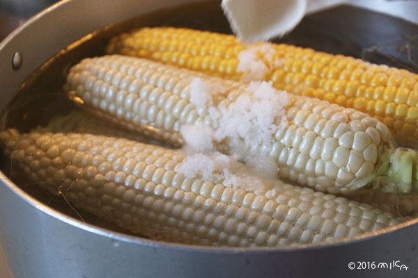 ② 大きななべに湯をわかし 沸騰したら塩をたっぷり入れます
