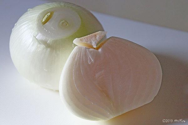 ①タマネギは皮をむいて半分に切って芯を取る