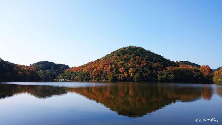 宝ヶ池に映る比叡山