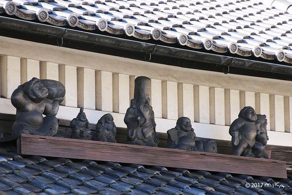 屋根瓦に七福神