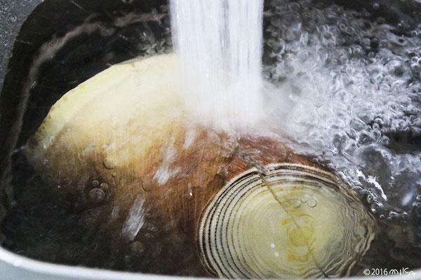 ④ たけのこが十分ひたるぐらいに水を入れます