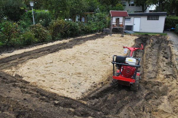 Hier kann man sehr schön die unterschiedlichen Bodenschichten und das Fräsergebnis erkennen. Foto: Sandra Borchers