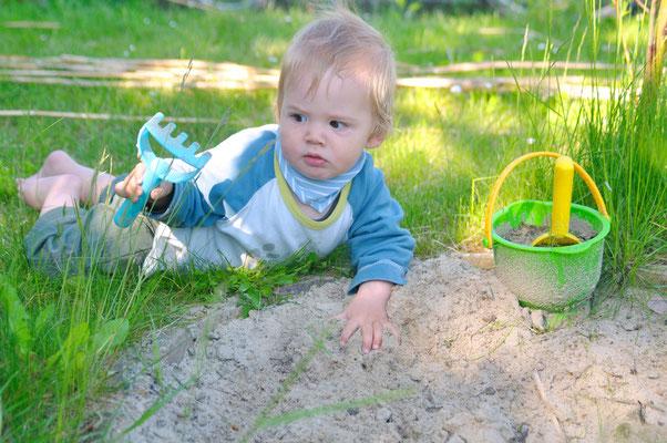 Früh übt sich - auch das Harken muß man lernen...Foto: Sandra Borchers