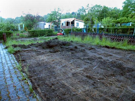 Die Grasnarbe wird abgetragen. Foto: Heike Hirth