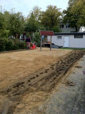 Hart, aber effektiv: Die Bodenfräse arbeitet sich so langsam voran...Foto: Sandra Borchers