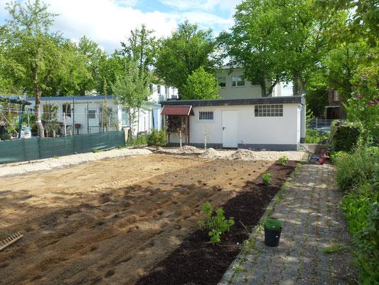 Viel Sand ist dazu gekommen - und an der Seite werden die Beerensträucher gepflanzt. Foto: Heike Hirth